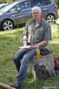 Brugsprøvedommere Holger Davidsen med velfortjent frokost, efter at have dømt 18 hunde.